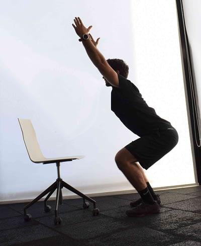 Κάθισμα με τα χέρια ψηλά - διατάσεις στο γραφείο
