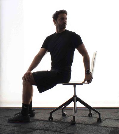 Στροφή κορμού από καθιστή θέση